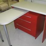 trijų stalčių virtuvės baldų komoda su išvažiuojančiu staliuku