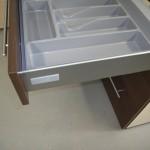trijų stalčių virtuvės komodos stalčius įrankiams sudėti