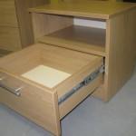 vieno stalčiaus miegamojo komoda su kokybiškais bėgeliais