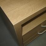 virš atviros svetainės komodos lentynos storintas stalviršis ir storintas korpusas šone