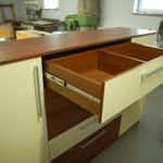 viršutinis prieškambario komodos stalčius su dviemis skyriais