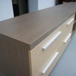 šešių stalčių TV komoda su prigludusiomis pailgomis rankenėlėmis