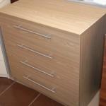 šviesi ruda 4 stalčių akcijinė miegamojo komoda su strypinėmis rankenėlėmis