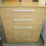 šviesi ruda penketos stalčių akcijinė komoda biuro kambariui