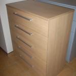 šviesi ruda penkių stalčių akcijinė miegamojo komoda