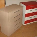 šviesiai ruda ir raudona akcijinės 5 stalčių komodos