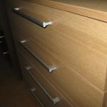 šviesiai rudos 4 stalčių akcijinės komodos stalčius iš arčiau