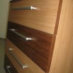 šviesiai rudos 5 stalčių akcijinės prieškambario komodos stalčiai iš arčiau