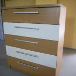 šviesiai rudos spalvos 5 stalčių akcijinė komoda su dviem baltais stalčiais