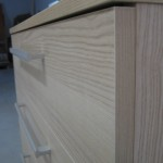 šviesios 5 stalčių akcijinės komodos kampas ir dryžuotas raštas