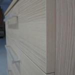 šviesios akcijinės 5 stalčių biuro komodos tamsesni dryžiai iš arčiau
