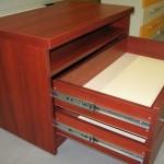 2 stalčių su lentyna televizoriui komoda su guoliniais bėgeliais