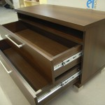 2 stalčių televizoriui komoda su lentyna virš stalčių