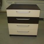 4 stalčių akcijinė miegamojo komoda su trim baltais ir vienu tamsiai rudu stalčiumi