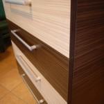 4 stalčių akcijinės komodos dryžuotumas iš arčiau