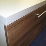 4 stalčių tv komoda su storintu komodos viršumi