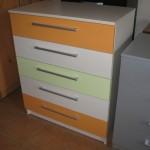 5 stalčių akcijinė komoda su dviem oranžiniais ir baltais ir vienu žalsvu stalčiumi