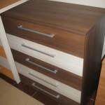 5 stalčių akcijinė miegamojo rudos spalvos komoda su dviem baltais stalčiais