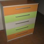 5 stalčių akcijinės komodos du oranžiniai ir žalsvi bei vienas baltas stalčiai