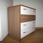 akcijinė 4 stalčių miegamojo komoda rudos spalvos su trimis baltais stalčiais