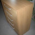 akcijinė rudos spalvos komoda penkiais stalčiais prieškambario kambariui profiliu