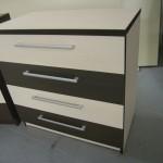 balta akcijinė keturių stalčių svetainės komoda su dviem rudais stalčiais