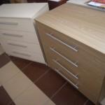 balta ir šviesiai ruda 4 stalčių akcijinės miegamojo komodos