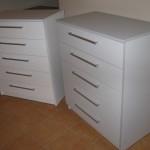 balta ir pilka penkių stalčių akcijinės komodos