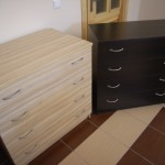balta ir tamsiai ruda akcijinės 4 stalčių komodos