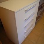 balta penkerių stalčių akcijinė komoda virtuvės kambariui