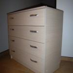 balta su dryžuota tekstūra akcijinė 4 stalčių svetainės komoda