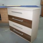 balta svetainės akcijinė komoda su dviem rudais stalčiais