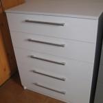 baltos spalvos penkerių stalčių akcijinė komoda