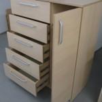 batų dėžė komoda su dešinėje atviromis durelėmis ir penkiais pravirais stalčiais kairėje