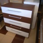 bordo ir baltos spalvos 5 stalčių akcijinė komoda