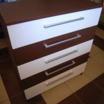 bordo spalvos akcijinė svetainės komoda su trimis baltais stalčiais