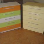 dvi žaismingų spalvų 5 stalčių akcijinės komodos