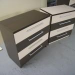 dvi dryžuotos akcijinės keturių stalčių svetainės komodos