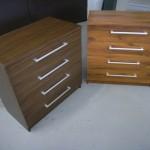 dvi rudos ketverių stalčių akcijinės biuro komodos