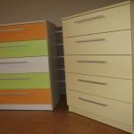 dvi spalvingos akcijinės 5 stačlių komodos jaunuolio kambariui