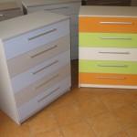 dvi spalvotais stalčiais penketos stalčių akcijinės komodos