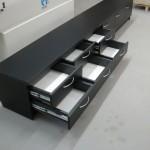 juoda 6 stalčių TV komoda su kokybiškais bėgeliais