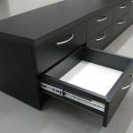 juoda 6 stalčių TV komoda su storintu stalviršiu