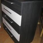 juodos spalvos akcijinė 5 stalčių miegamojo komoda su dviem baltais stalčiais