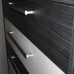 juodos spalvos akcijinės miegamojo komodos juodas ir baltas stalčius iš arčiau
