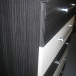 juodos spalvos penkių stalčių akcijinė komoda iš arčiau