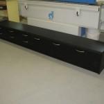 juodos spalvos televizoriaus komoda su 3 durelėmis ir 6 stalčiais