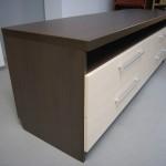 keturių stalčių tamsiai rudos spalvos tv komoda su balkšvos spalvos stalčiais