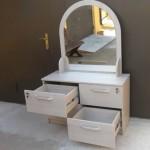 komoda miegamojo kambariui su veidrodžiu