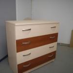 kreminės spalvos akcijinė 4 stalčių komoda su dviem rusvais stalčiais